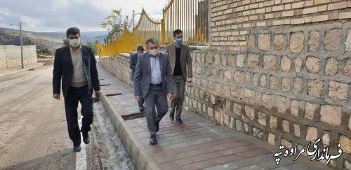 بازدید فرماندار مراوه تپه از اجرای پروژه سنگ فرش پیاده رو شهر گلیداغ